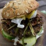 Roggen Burger mit Spargel und pochiertem Ei