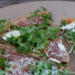 Dinkel Pizza mit Rucola und Parmaschinken