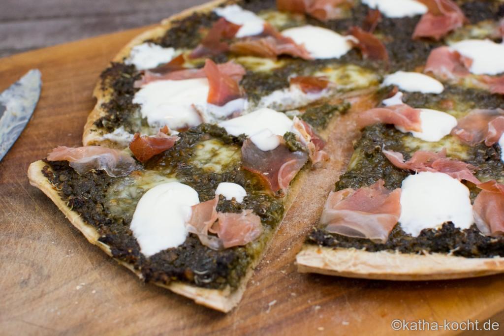 Pizza_mit_Brennesselpesto_und_Parmaschinken_ (3)