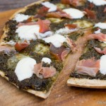Dinkel Pizza mit Brennessel Pesto und Parmaschinken