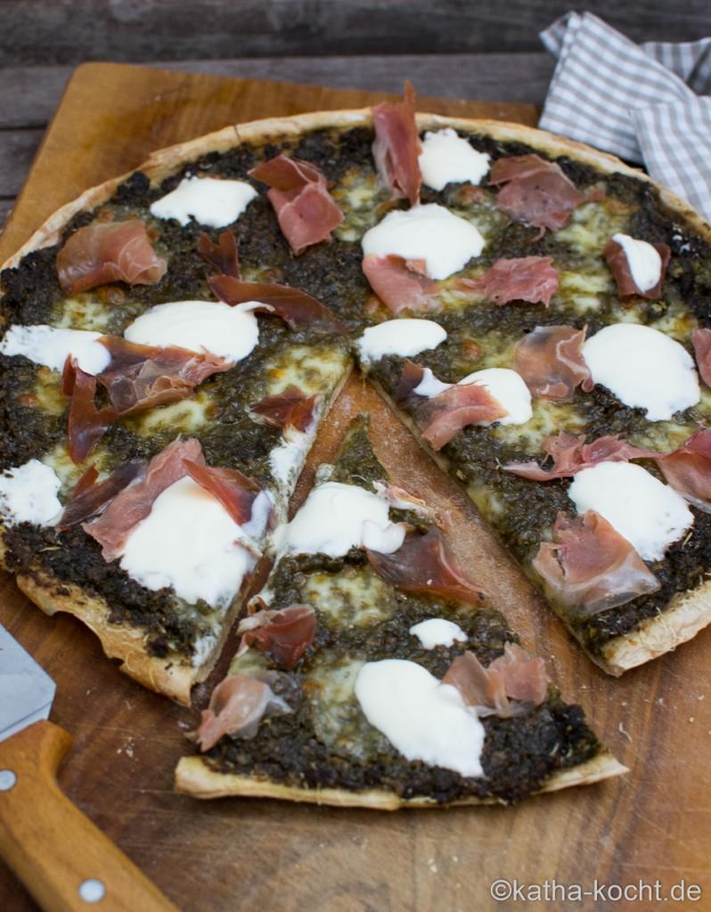 Pizza_mit_Brennesselpesto_und_Parmaschinken_ (8)