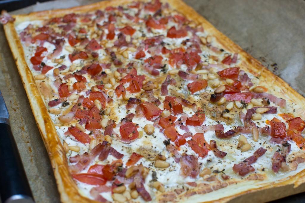 Blaetterteigpizza_mit_Speck_und_Tomaten (2)