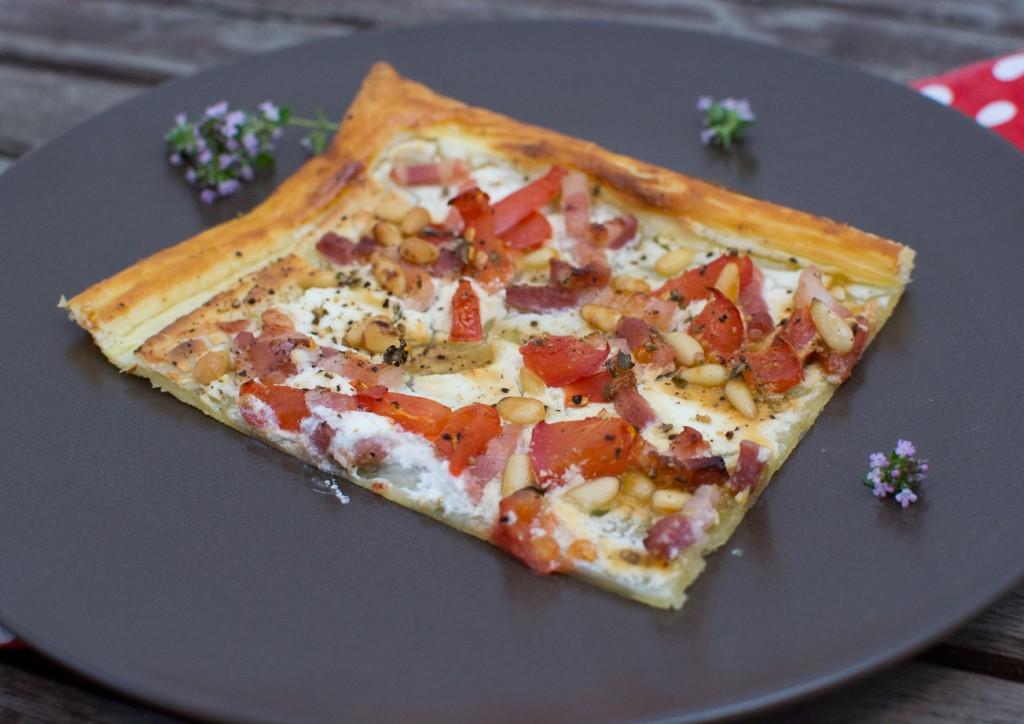 Blaetterteigpizza_mit_Speck_und_Tomaten (3)