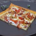 Blätterteigpizza mit Speck und Tomaten