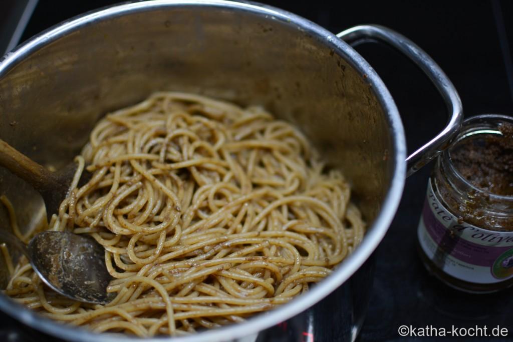 Dinkel_Spaghetti_mit_Thunfischsauce_und_Olivenpaste_ (9)