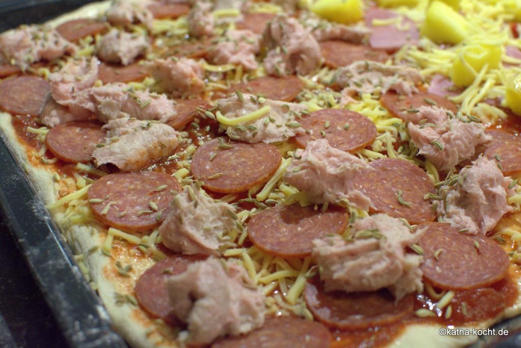 Pizza_mit_Salami_und_Wurst_ (1)