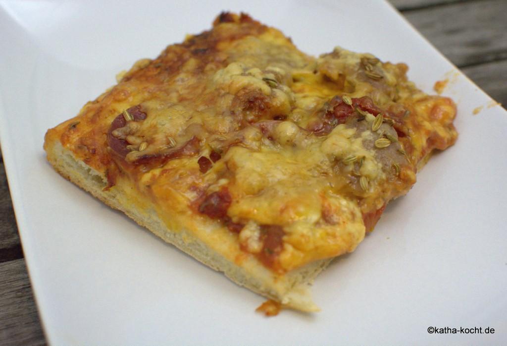 Pizza_mit_Salami_und_Wurst_ (2)