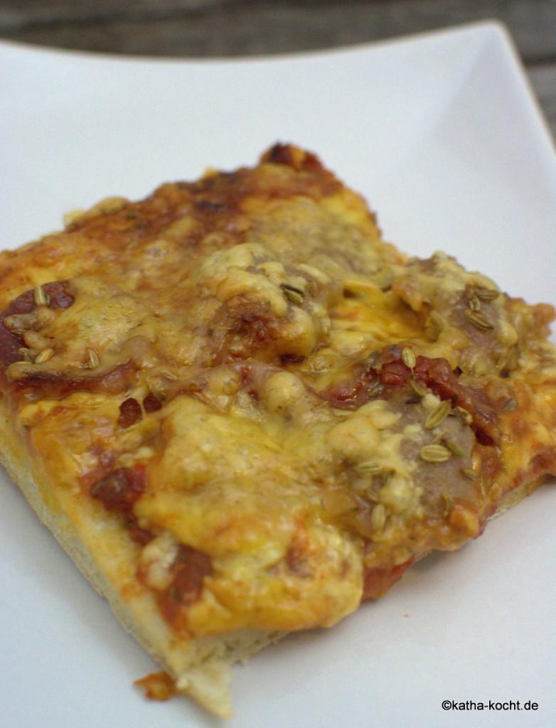 Pizza_mit_Salami_und_Wurst_ (3)