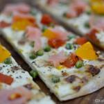 Schnelle Pizzazunge mit bunten Tomaten und Räucherlachs