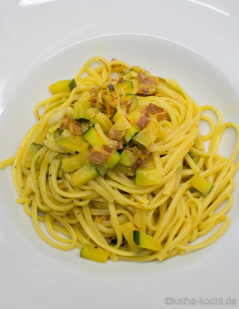 Pasta_mit_Zucchiniblüten_in_Safransauce_ (20)