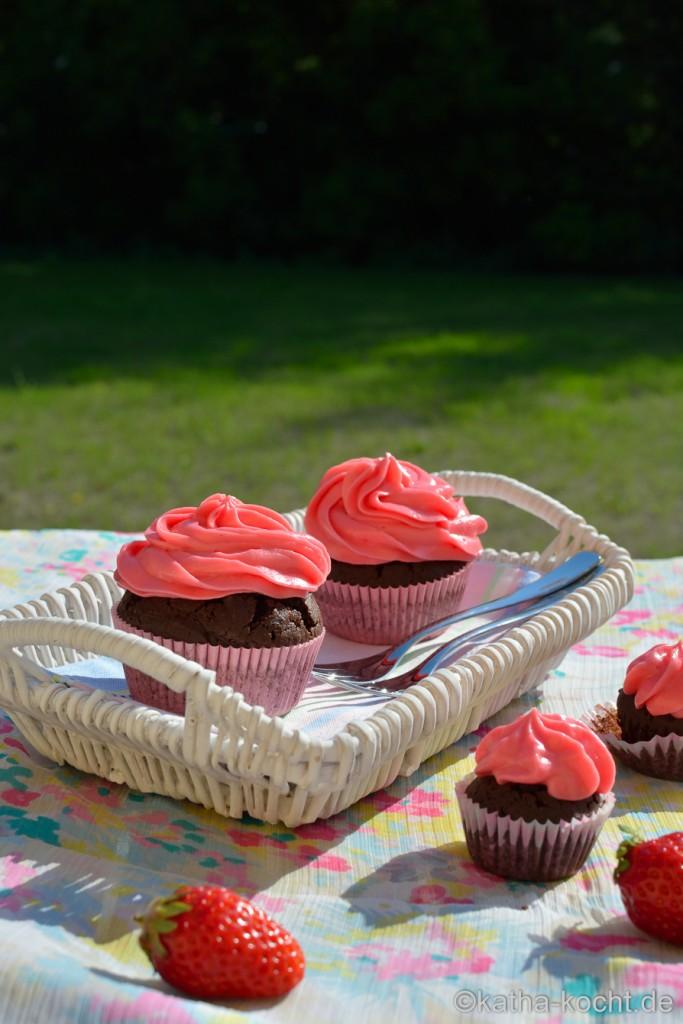 Schoko-Cupcakes mit rosa Frischkäsefrosting