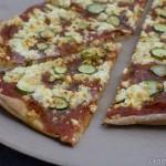 Salami Pizza mit Zucchini und Schafskäse