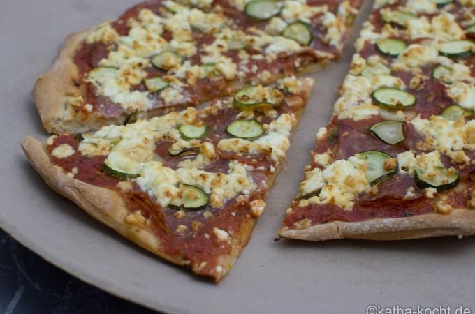 Salami_Pizza_mit_ZUcchini_und_Schafskäse_ (6)