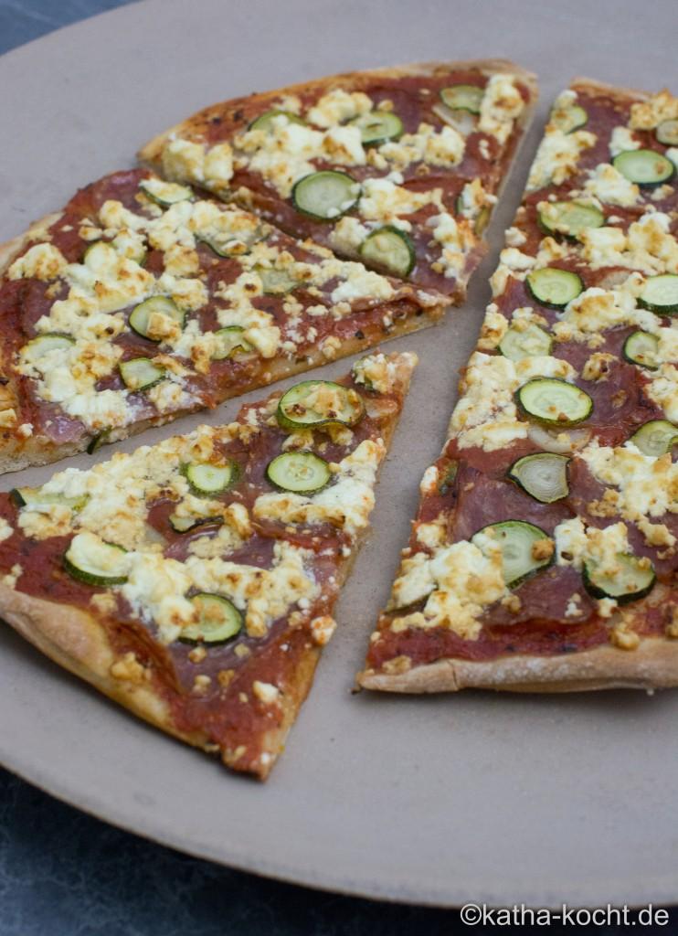 Salami_Pizza_mit_ZUcchini_und_Schafskäse_ (9)