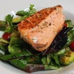 Gebratener Lachs auf buntem Salat