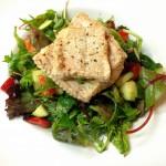 Gebratener Steinbeißer auf buntem Salat