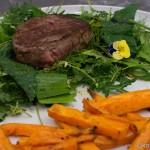 Rinderfilet auf Wildkräutersalat mit Süßkartoffelpommes