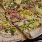 Pizza mit Rosenkohl und Speck