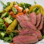 Bunter Salat mit Steakstreifen