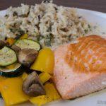 Lachs mit gebackenem Gemüse und Reis