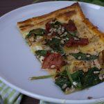 Blätterteigpizza mit Spinat und Schinken