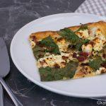 Blätterteigpizza mit Mangold und Fetakäse