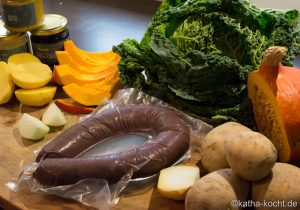 Kürbis-Kartoffel Küchlein mit Blutwurst und Wirsing