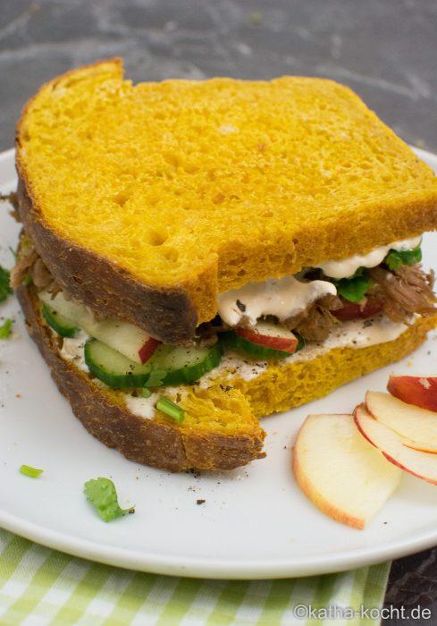 herbstliches pulled pork sandwich mit apfel und koriander