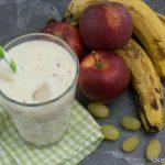 Buttermilch Drink mit Banane und Weintrauben