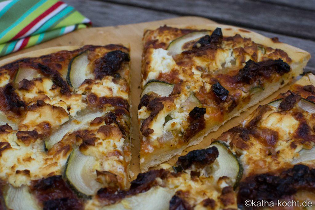 Pizza mit getrockneten Tomaten und Schafskäse