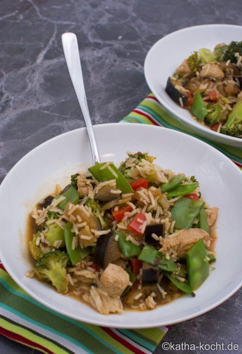 Asiatische Reispfanne mit Huhn und buntem Gemüse