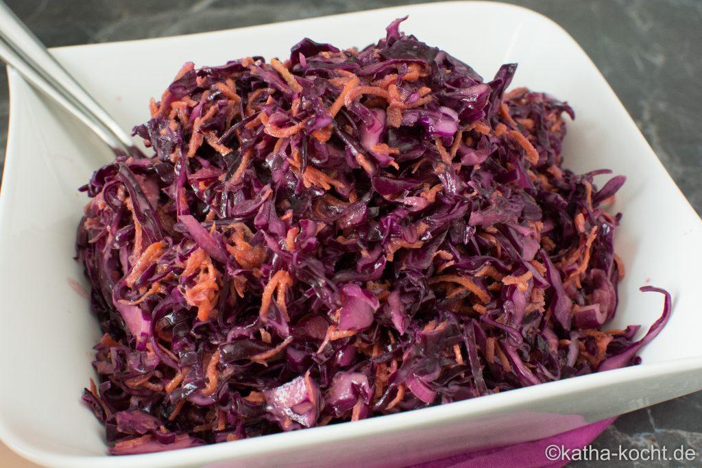 Coleslaw salat mit rotkohl