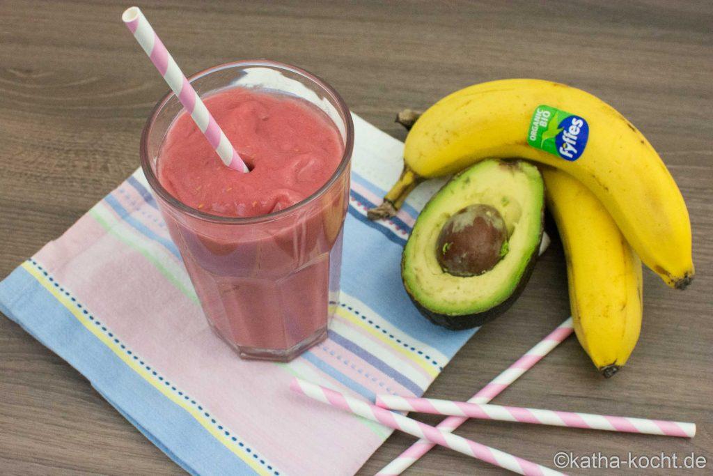 Frischer Himbeer-Avocado Smoothie mit Banane und Kokos