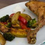 Hähnchenkeulen auf gebackenem Gemüse