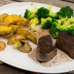 Hirschfilet mit Brokkoli und Kartoffelspalten