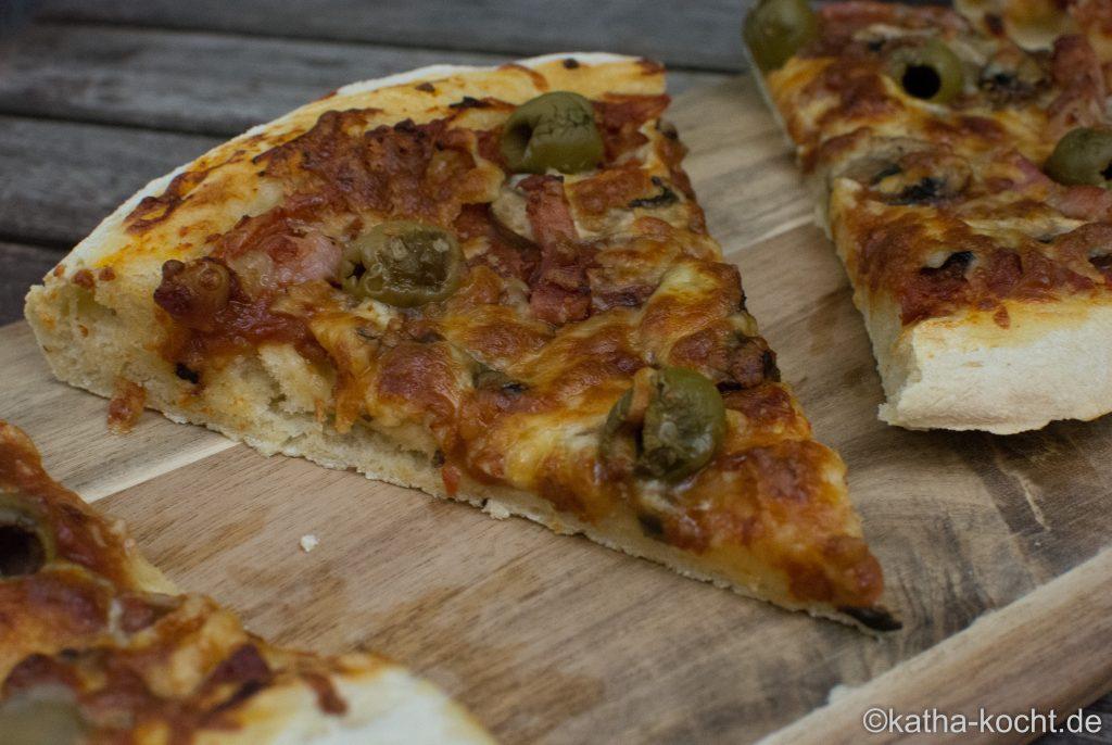 Pizza mit Speck und Oliven