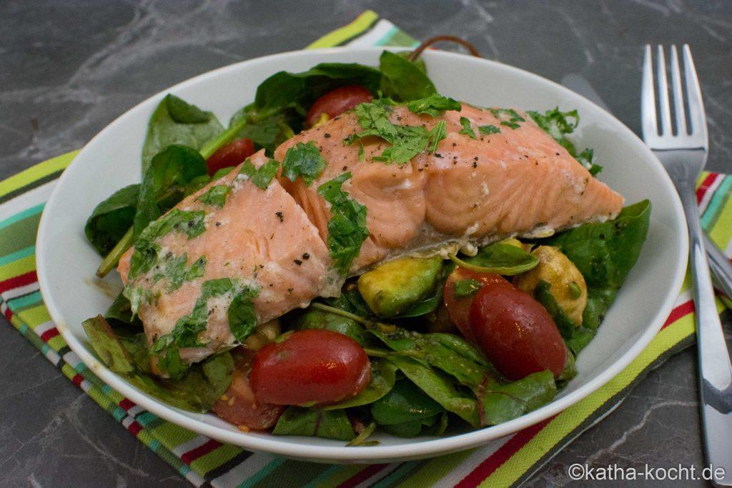 Sanft gegarter Lachs auf buntem Salat