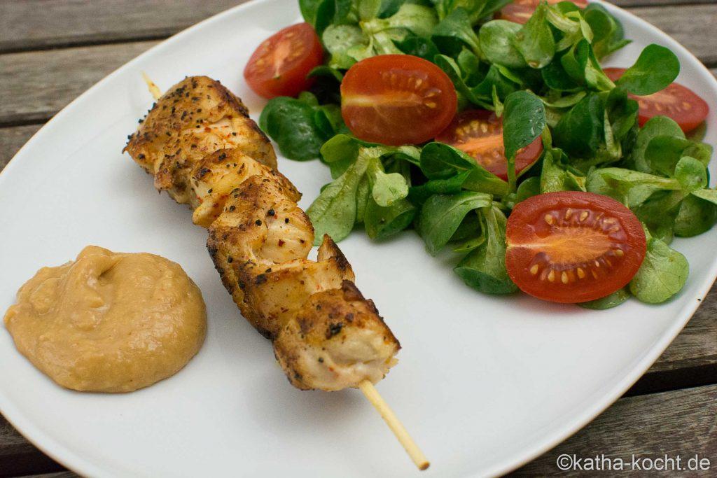 Erdnuss-Orangen Dip mit Hähnchenspießen und Salat