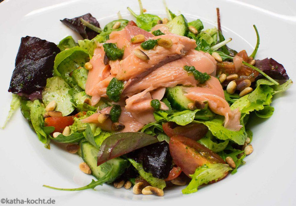 Gebackene Lachsforelle mit Kerbelpesto auf Salat