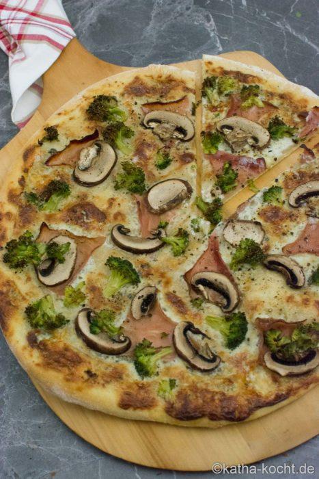 Brokkoli Pizza mit Kochschinken und Roquefort Sauce