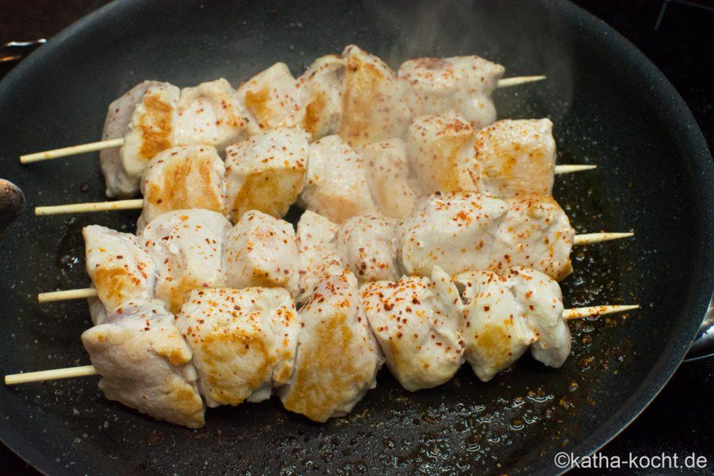 Rosenkohl mit Paprikadip und Hähnchenspießen