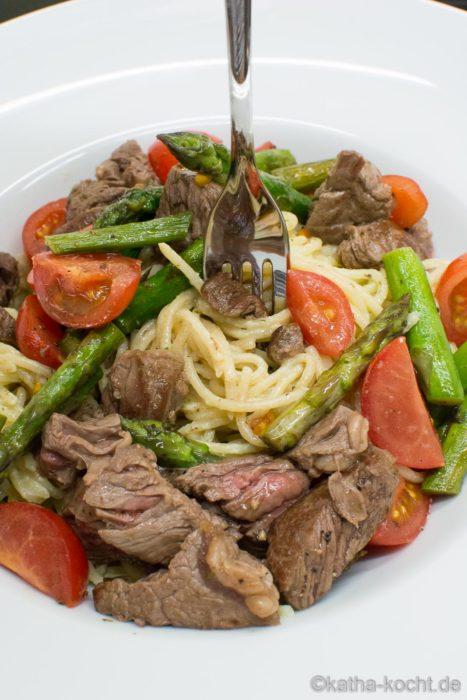 Pasta mit grünem Spargel und Steakstreifen