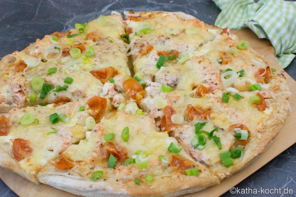 Pizza mit Lachs und Frühlingszwiebeln