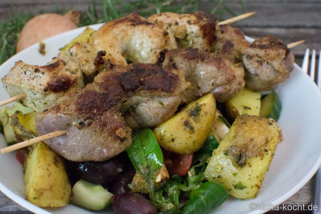 Salat mit gebackenen Kartoffeln und Grillspießen