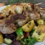 Bunter Salat mit gebackenen Kartoffeln und Grillspießen