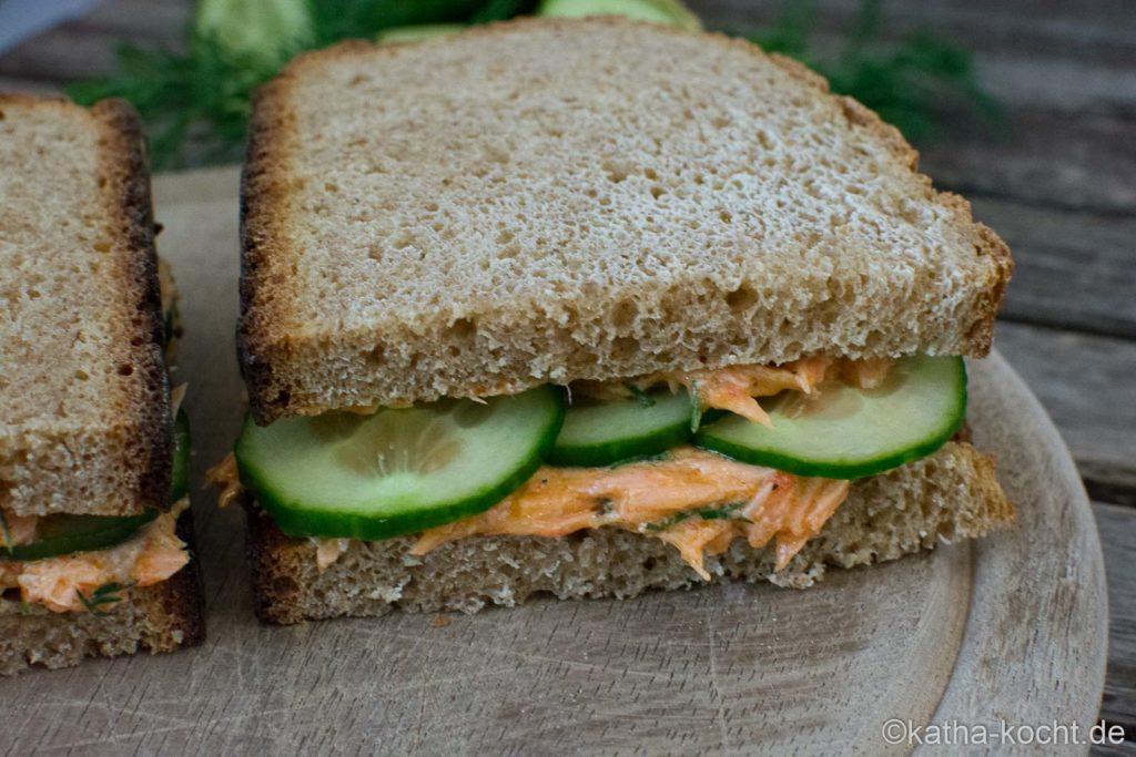 Sandwich mit Lachscreme und Gurke
