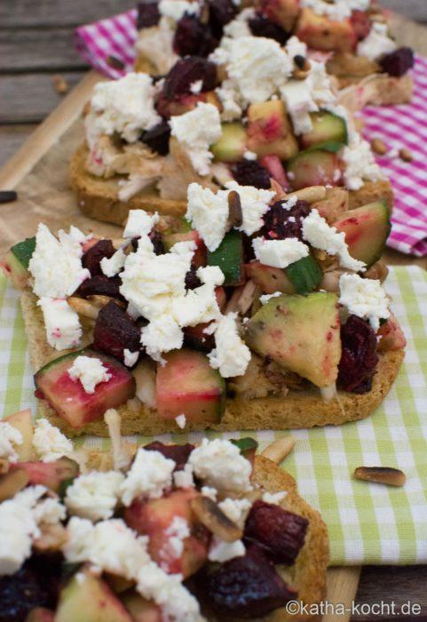 Brot mit Rote Bete-Avocado Salat und Feta