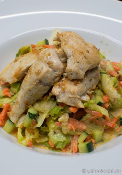 Knackiger Salat mit Hähnchen und Joghurtdressing