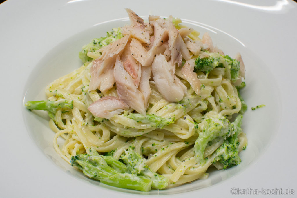 Pasta mit Räucherforelle und Brokkoli