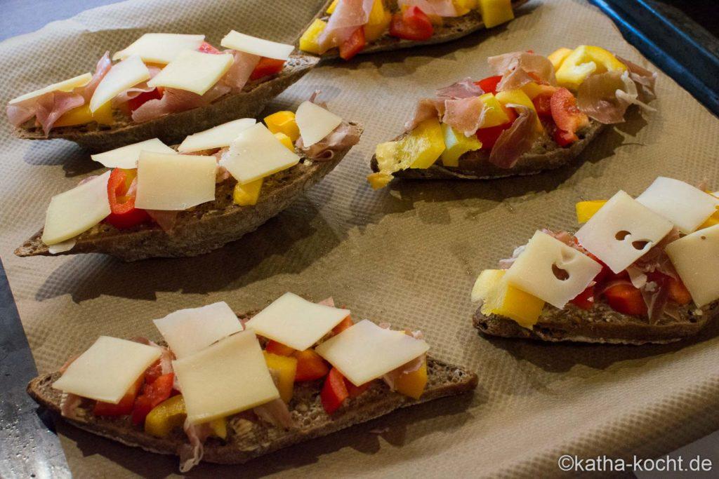 Pizzabrot mit Serranoschinken und Paprika